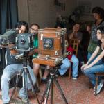 Roger Sassaki demonstra aos alunos os tipos e características das câmeras de grande formato que os alunos usaram.