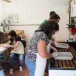 Fernando explica aos alunos o primeiro passo de preparação dos calótipos: iodização