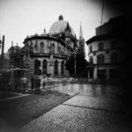 Imagem da Praça João Mendes e Catedral da Sé feita em câmera de orifício. Foto de Roger Sassaki.